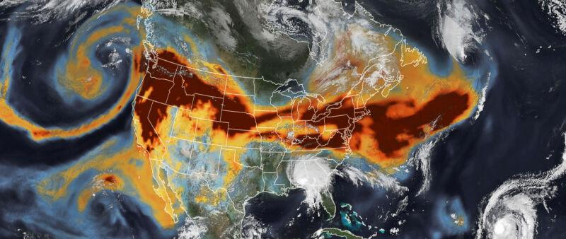 Zdjęcie satelitarne drogi dymu z kalifornijskich pożarów z 16 września (earthobservatory.nasa.gov)