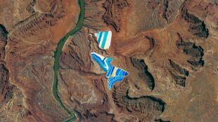 Kolorowa mozaika na środku pustyni. Widać ją na zdjęciach z kosmosu