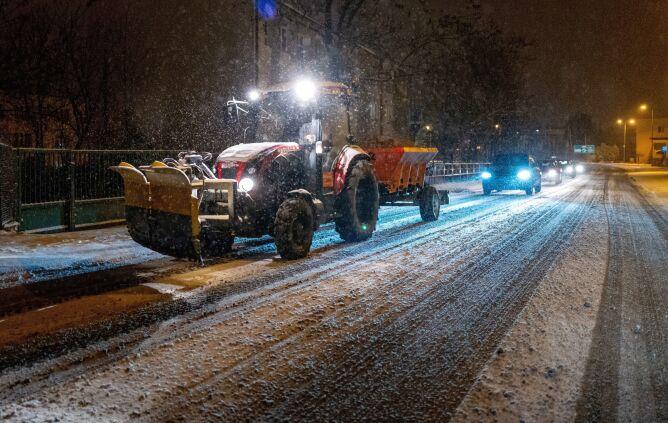 Pług odśnieżający autostradę A1 w Knurowie w województwie śląskim (PAP/Andrzej Grygiel)