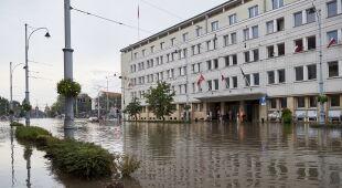 Podtopienia po burzy w centrum Gdańska (PAP/Adam Warżawa)